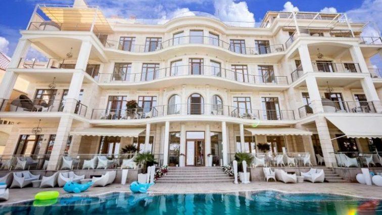 «Без крыши над головой»: сотни россиян выпроводили из турецких отелей
