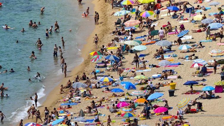 Испанский пляж с моря «атаковали» неизвестные: туристы в панике (видео)