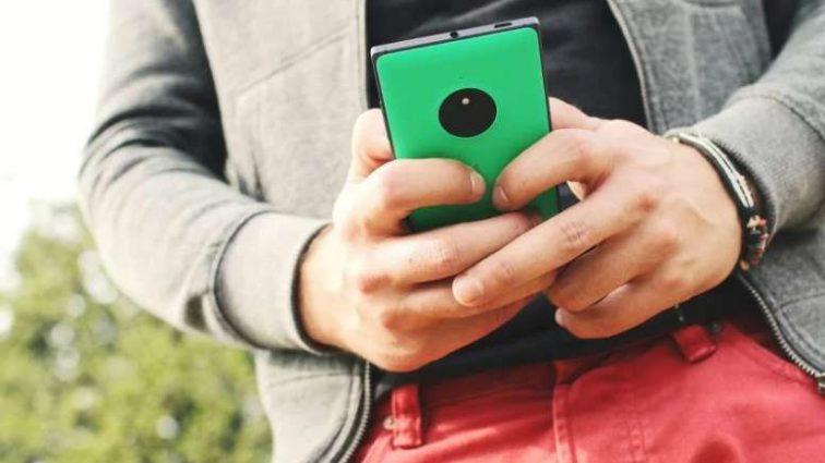 Рассеянного любителя смартфона поглотила земля (видео)