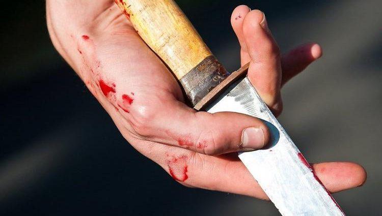 Срочно! Мужчина с ножом набросился на прохожих. Есть жертвы