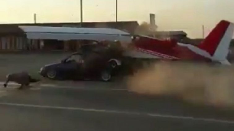 В Чечне самолет врезался в автомобиль на трассе