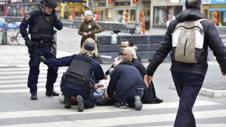 Копа пырнули ножом в горло прямо посреди центра столицы Швеции: (фото) 18+