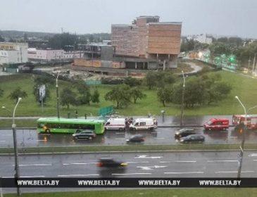 «Смертельная остановка»: В Минске ветер перевернул  стоянку, есть пострадавшие