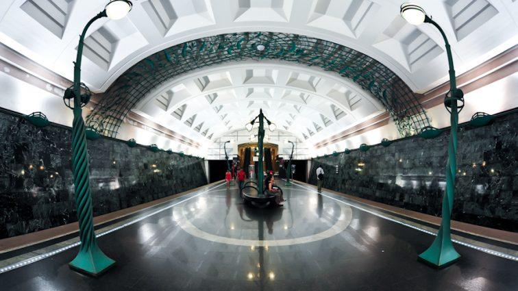 В московском метро совершили самоубийство: не слишком ужасные кадры (16+)