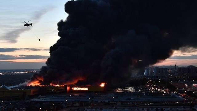 Небо в огне и мощные взрывы: В результате мощного пожара в московском торговом центре обрушилась кровля, есть пострадавшие