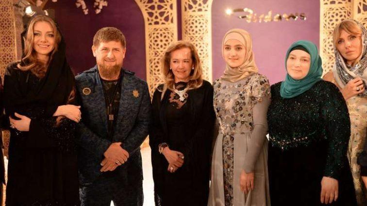 Позор «Горной жемчужины»: Поправившееся звезды сверкнули неудачными нарядами на дефиле Айшат Кадыровой