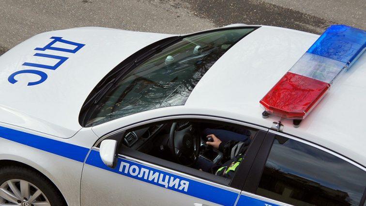Автомобиль влетел в остановку, где находились люди: есть жертвы