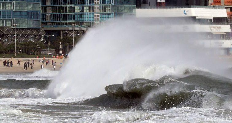 На побережье Японии обрушился тайфун «Лан», есть жертвы
