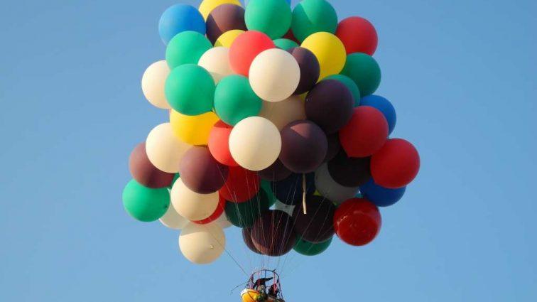 Британец воплотил мечту: поднялся в небо на воздушных шарах (видео)