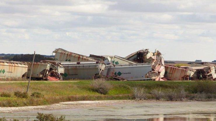 Сильные ветра в Канаде перевернули два поезда: пять вагонов сорвались с обрыва
