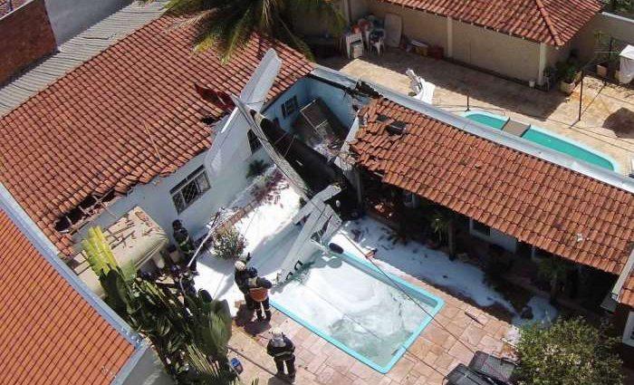 Самолет упал на жилой дом. Погибли люди. Первые кадры с места происшествия