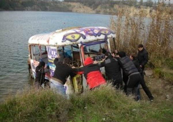 Переполненный пассажирский микроавтобус утонул в озере, погибли 12 человек