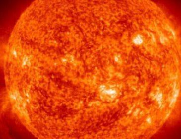 На Солнце заметили гигантского протуберанца