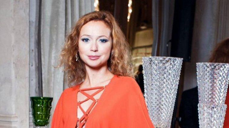 Спустя две недели после рождения дочери Елена Захарова вышла в свет