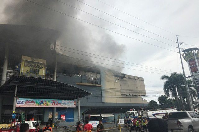 Страшный пожар охватил торговый центр: Около ста пострадавших и сорока пропавших без вести.