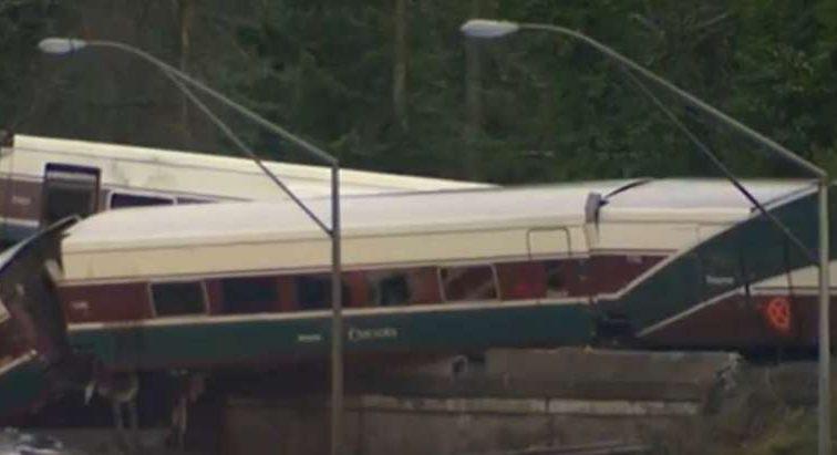 Пассажирский поезд на полном ходу упал с моста на шоссе: 77 пострадавших