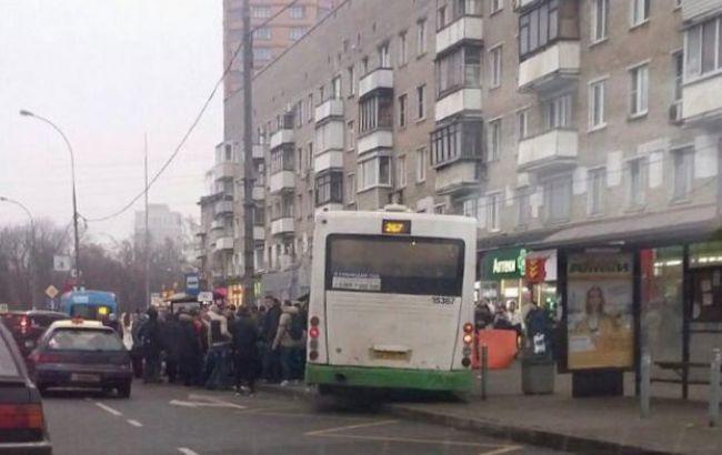 В столице водитель автобуса врезался в  остановку: есть пострадавшие