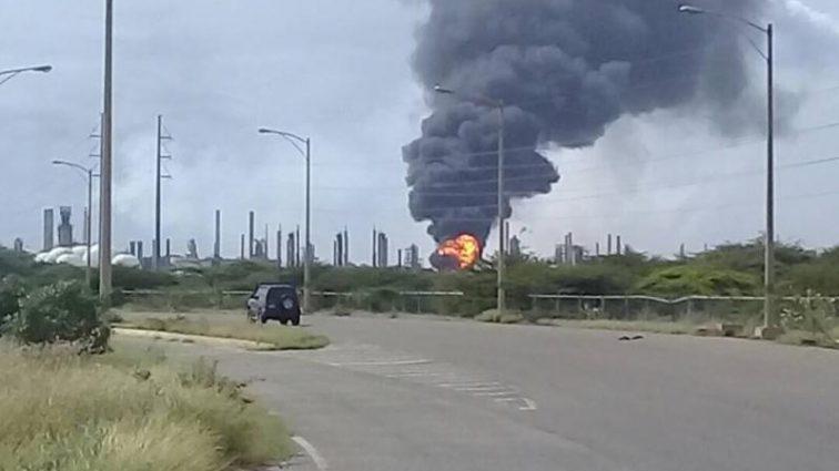 «Дым окутал целый город»: горит крупный нефтяной завод