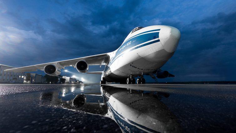 Не дождался высадки: Пассажир вылез на крыло самолета (видео)