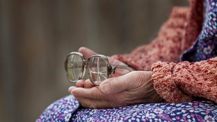 Врачи были в шоке: Старушка забыла в глазу 27 линз