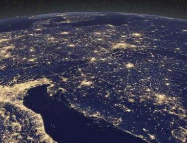 Черная дыра и Земля ночью: самые популярные снимки космоса
