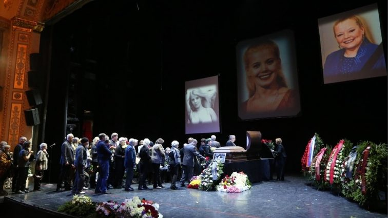 То, что сказали Кобзон и Розенбаум у гроба Сенчиной, взбудоражило всех. «Она очень любила…»