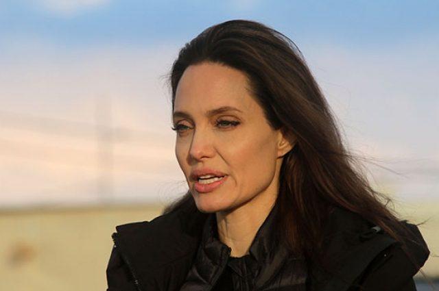 Анджелина Джоли приучает дочерей к благотворительности
