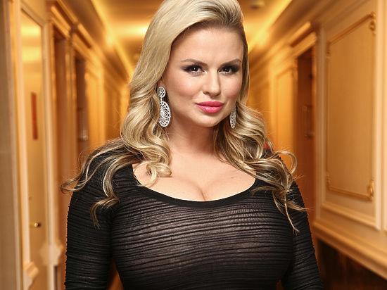 «Горячая девушка»: Анна Семенович опубликовала соблазнительное фото