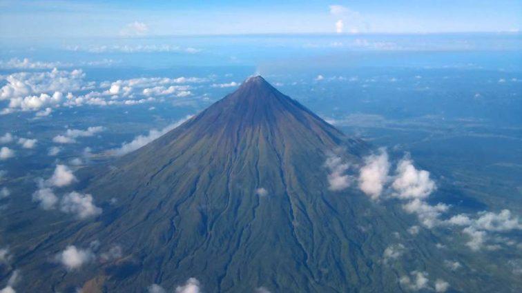 Жизнь приостановилась: произошло мощное извержение вулкана