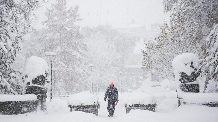 «Наблюдается сильный ветер и снег»: из-за погоды в столице закрыли все школы