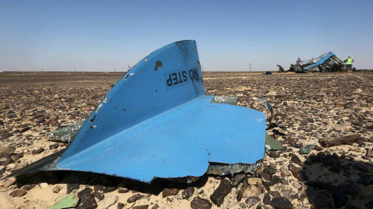 Разбился самолет, на борту которого находилось 60 человек: на месте работают спасатели