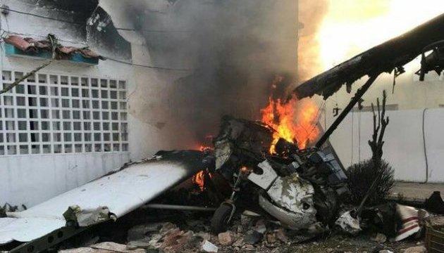 Самолет упал на жилой дом: есть погибшие
