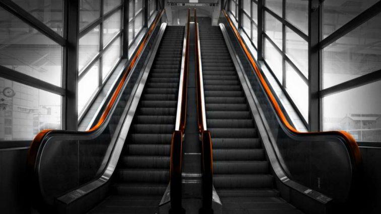 Провалился под неисправный эскалатор: мужчину «зажевало» на подвижной лестнице