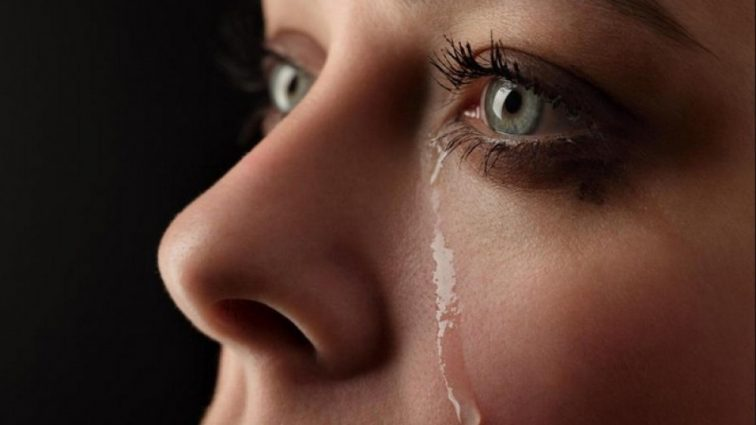 «Из-за постоянных издевательств»: девочка перед смертью написала маме СМС, но та не успела