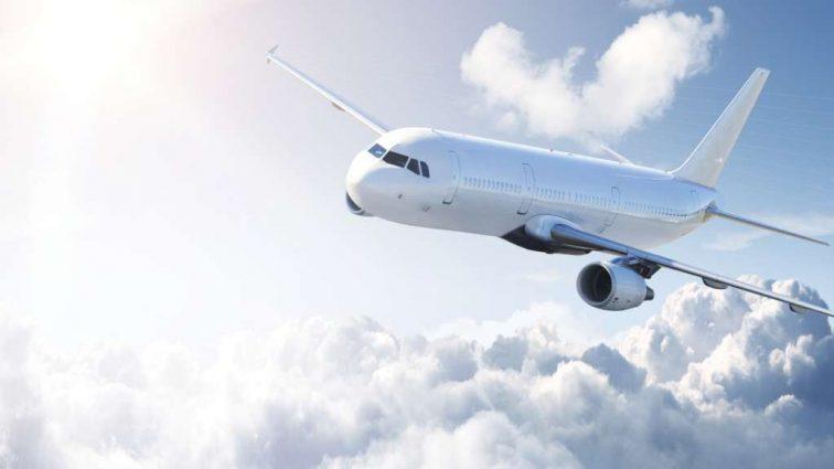 «Выпала прямо на взлетно-посадочную полосу»: трагически погибла стюардесса известной авиакомпании