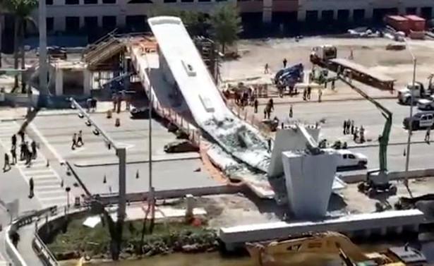 «Пытаются найти выживших»: спасатели обследуют развалины обрушившегося пешеходного моста