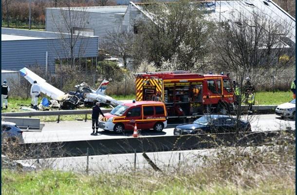 Есть пострадавшие! Самолет упал на шоссе