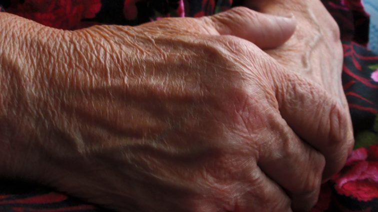 «Отменили договор об аренде»: пожилую женщину выселили из-за громкого голоса