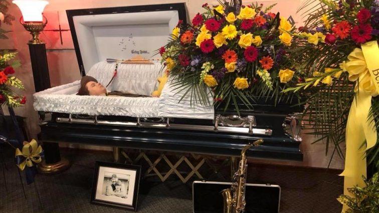 «Все, а не только обидчики задумаются»: мать выставила фото сына в гробу