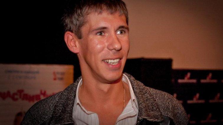 «Около двох миллионов рублей»: должник Панин выехал за границу