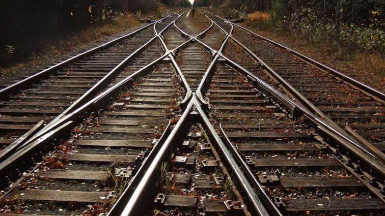 «На месте аварии работают спасатели»: с рельсов сошел пассажирский поезд, есть пострадавшие
