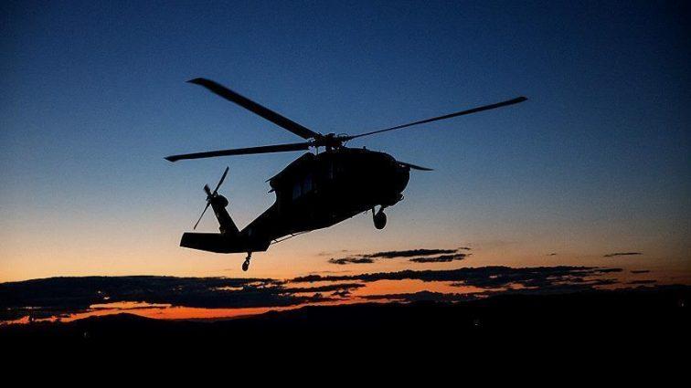 В результате падения вертолета погибли люди: Спасатели продолжают работу на месте происшествия