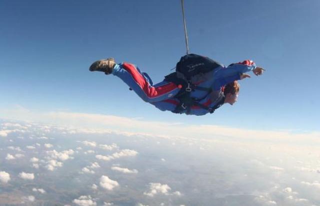 «Доставили в больницу, но было поздно»: женщина столкнулась в воздухе с другим парашютистом