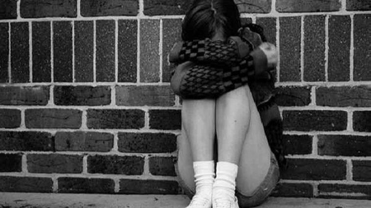 «Жили в спальне, заваленной мусором»: женщина усыновила семерых детей и издевалась над ними