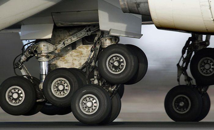 «Два колеса с шасси взорвались»: пилот посадил неисправный самолет