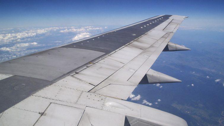«Крыло заволокло черным дымом»: Пассажирский самолет совершил экстренную посадку
