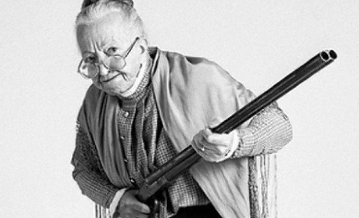 76-летняя женщина расстреляла из пистолета двух человек