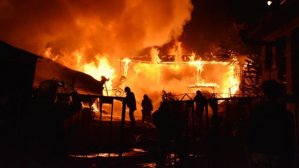 Пожар уничтожает крупный завод, не удается остановить огонь!