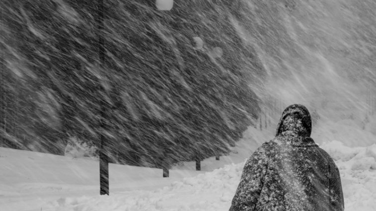 Сильный снежный циклон стал причиной двух смертельных случаев, случившихся в один день