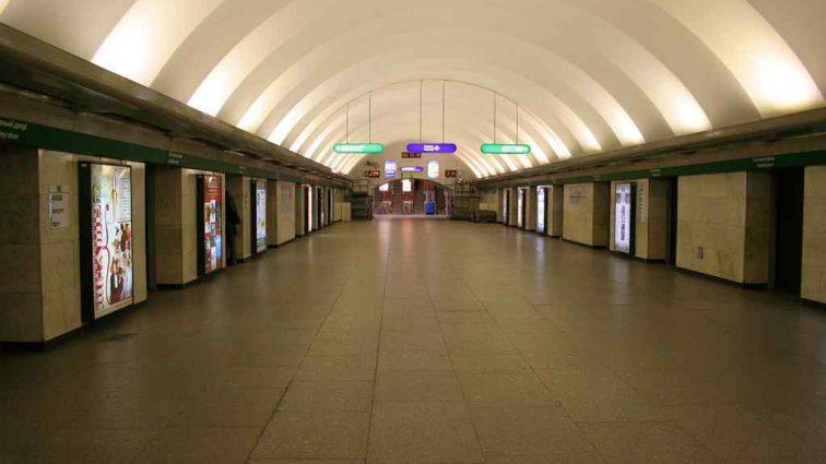В вестибюле метро неизвестный совершил газовую атаку